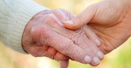 Mãos de idosos