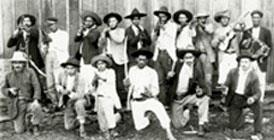Imagem dos combatentes da Guerra do Contestado. São caboclos na mata armados. Foto antiga em preto e branco